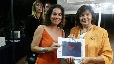 Entrega del premio bolso de Sophie Habsburg por parte de Patricia Kauf de Amsudan a Ana Raventos